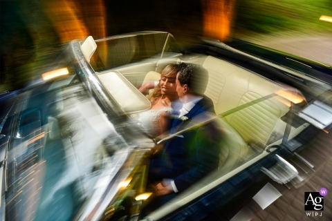 São Paulo moving couple - wedding pictures of the bride and groom riding in a convertible car
