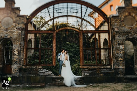 Villa Au, Velbert wedding venue photography | Bride and groom in front of an old train station