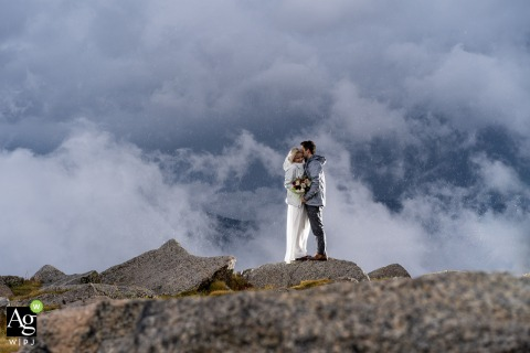 Photo de mariage de Mt Evans CO | Couple avec nuages d'orage en arrière-plan