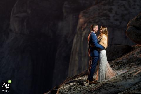 Photographie du lieu de mariage du parc national de Yosemite | Couple avec montagnes en arrière-plan.