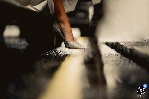 Detalle de foto de zapatos en forma documental el día de la boda en Four Seasons, Hampshire