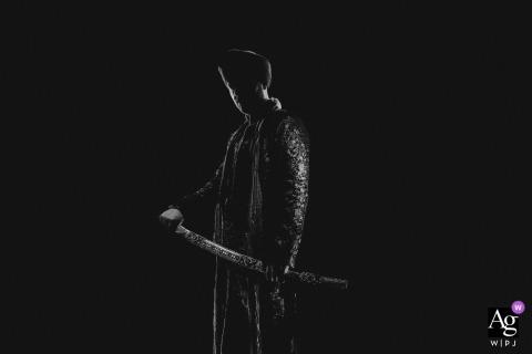 Hedsor House London Sikh novio sosteniendo su espada en blanco y negro retrato