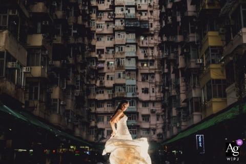 Hong Kong Bride, die ihr Kleid während der Brautporträtsitzung wirft