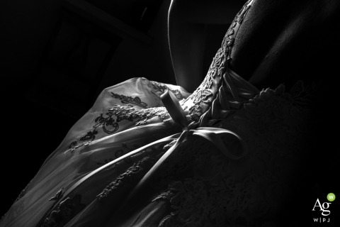 Casa della sposa - Governolo - Mantova wedding venue detail photo | back of the bride's dress with lacing and bows