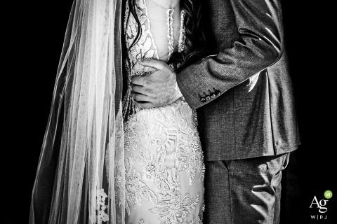 Villa Trebazia - Rom Italien / Zeremonie Fotografie | Der Bräutigam hält sich fest, seine Braut