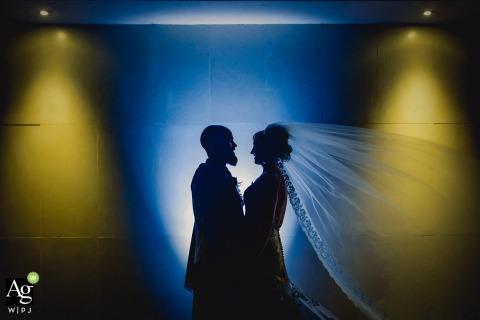Stirlingshire Schotland Receptie Locatie Portretfotografie | Bruid en bruidegom sillhouetted tegen uplighters en downlighters.