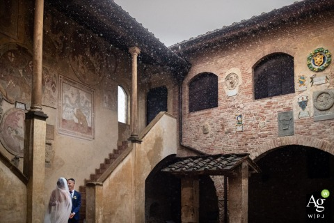 Certaldo italy Couple Portrait near the building in the rain | Wedding day photography when it's raining
