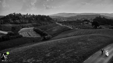 certaldo Italië Paarportret op trouwdag vanuit een hoge, drone-hoek in zwart en wit
