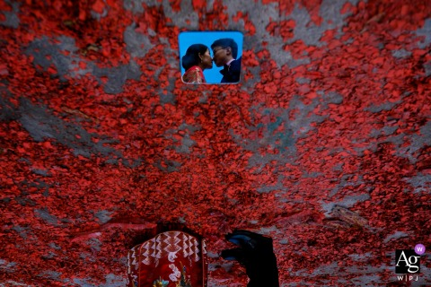 Trouwdag Portret van de bruid en bruidegom met behulp van een kleine spiegel op de grond | Fujian, China creatieve foto