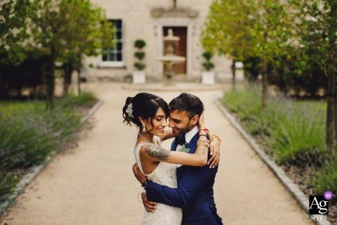Froyle Park Künstlerische Hochzeitsfotografie | Hindu-Paar, das sich am Hochzeitstag nahe hält
