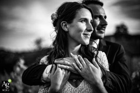 Lyon artistiek bruidspaar portret in de velden met zwart en wit