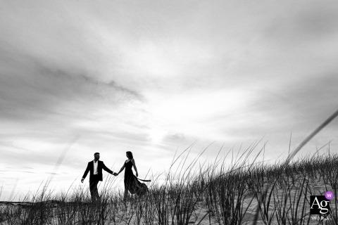 Gli sposi stanno camminando vicino alla spiaggia di Cape Cod