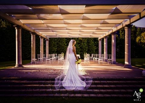 Ceremony Ca Borghese Ameglia di Arcola La Spezia creative wedding day portrait of the bride standing on the stairs