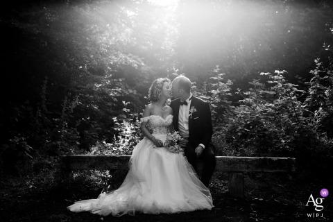 Portrait de mariage à Istanbul en noir et blanc de la mariée et le marié assis sur un banc