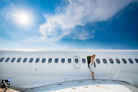 Hochzeitsporträt von Varna, Bulgarien der Braut, die aus einem Flugzeugfenster auf den Flügel tritt