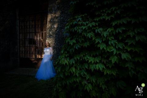 Florence, Toscane, portrait de jour de mariage créatif à l'extérieur dans une grande lumière avec la mariée