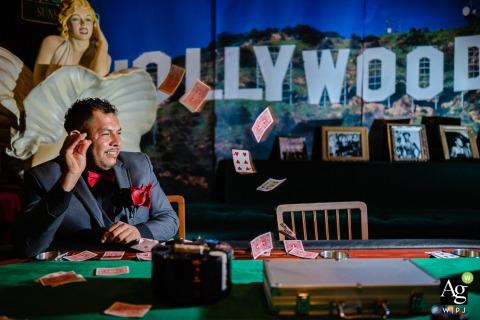 Capitol Theatre, Maryville, TN, USA fine art mariage détail photographie photo du marié jetant le jeu de cartes en l'air dans sa suite sur le thème d'Hollywood