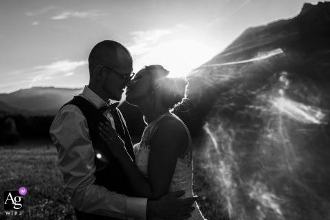 Auvergne-Rhône-Alpes Empfangsort Hochzeitsporträt der Braut und des Bräutigams in einem Feld bei Sonnenuntergang