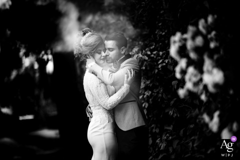 Bad Dürkheim artistic wedding image of the bride and groom hugging