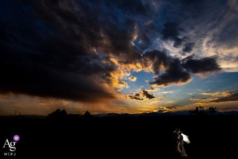 Ein Sonnenuntergangsporträt von Braut und Bräutigam bei Northglenn, CO