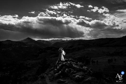 Schwarz-Weiß-Porträt von Braut und Bräutigam Boulder, CO auf Felsformation nahe einer privaten Residenz