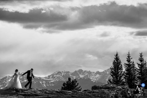 Schwarzweiss-Foto der Braut und des Bräutigams, die in den Bergen am Lager Hale, Red Cliff, CO wandern