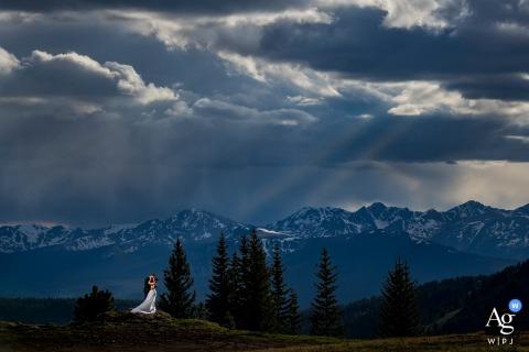 Camp Hale, Red Cliff, CO Porträt von Braut und Bräutigam auf dem Berggipfel