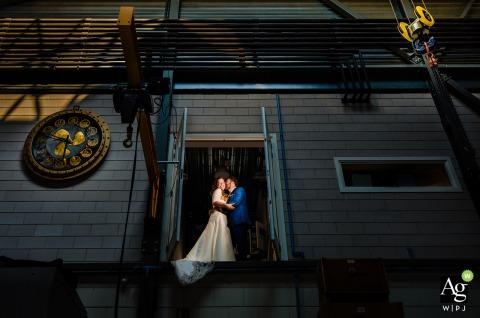 Utrecht Nederland fine art huwelijksportret bij het gezelschap van de grooms vader voor een industriële look