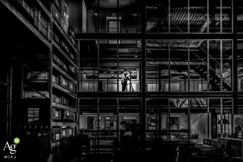 Utrecht Nederland creatieve trouwdag fotoshoot in het gezelschap van de vader van de bruidegom voor een industrieel tintje