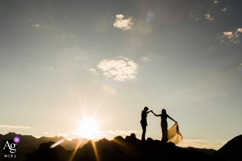 ein Denver Colorado Paar, das auf Bergen während einer Sonnenuntergangporträtsitzung tanzt
