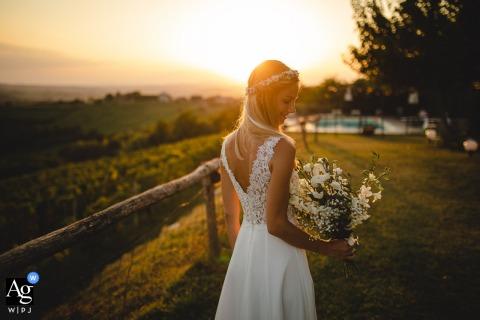 Solo portret van de bruid bij de zonsondergang in Agriturismo Crealto, Alfiano Natta, Italië