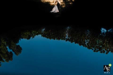 Campania creativo retrato del día de la boda con reflejos de agua fuera del lugar de la ceremonia en Nápoles