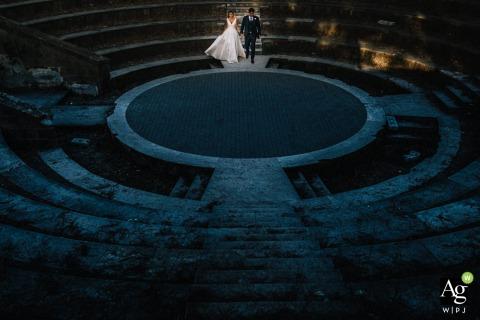 Imagen de retrato de boda de bellas artes de Campania desde fuera del lugar de recepción en Nápoles