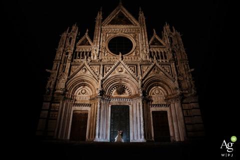 Siena, Duomo de Siena retrato artístico de novios desde una sesión de baile nocturno al aire libre