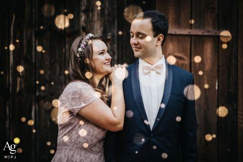 Rechberghausen Les nouveaux mariés posent pour un portrait de mariage rustique