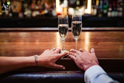 New York City fine art bruiloft detail fotografie foto van het paar in de hotelbar met champagne