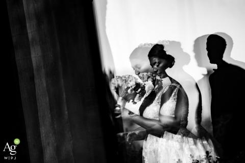 Soho creatief trouwdagportret met behulp van de weerspiegeling van een raam