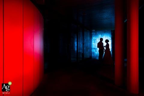 Image de couple de mariage artistique du Bas-Rhin devant le lieu de réception avec flash et couleur