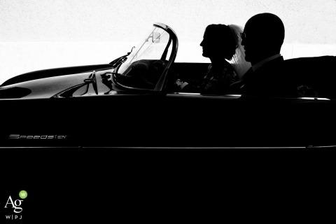 Paceco, Trapani, Italia matrimonio fine art Foto in controluce della sposa in macchina con suo padre per il matrimonio in Sicilia