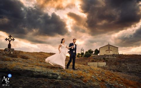 Tsarevo, Bulgarie Couple walking portrait sous les nuages de tempête par l'ancienne église sur la colline
