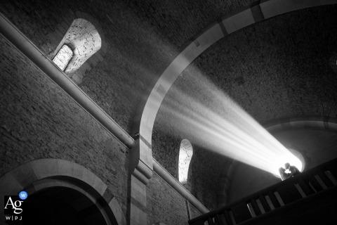 Gordes, France portrait de mariage d'un couple dans une lumière d'église