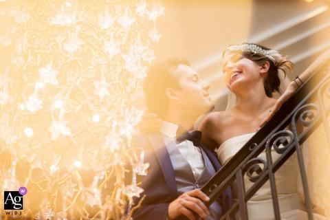 Un couple sous une lumière vive à Genève lors de leur portrait de mariage