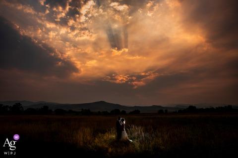Rauchiges Sonnenuntergangsfoto von Braut und Bräutigam am Shupe Homestead in Colorado
