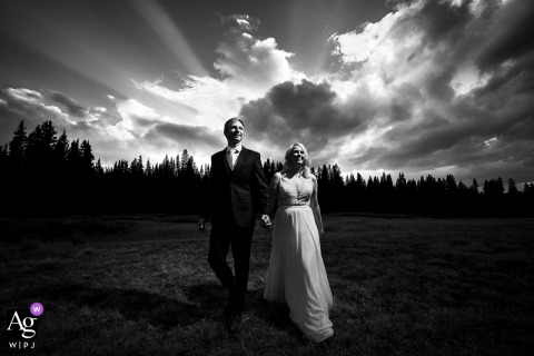 Schwarzweiss-Porträt der Braut und des Bräutigams am Sonnenuntergang in Eagle County, Colorado