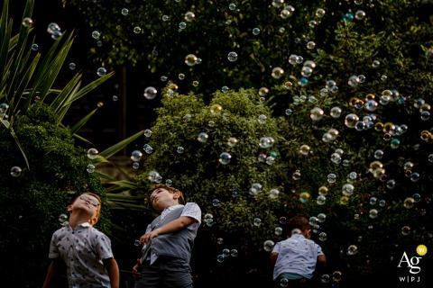 Mas de France, Montpellier, Francia boda niños juegan con burbujas en la fiesta de recepción al aire libre