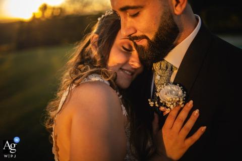 Piemonte bruiloft receptie locatie portret van een lief paar bij de zonsondergang