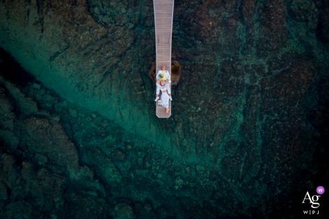Caméra drone Toscane lieu de réception image du couple allongé sur le quai et regardant vers le ciel