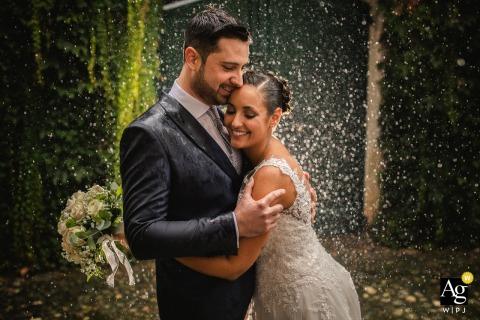 Bruid en bruidegom in de regen tijdens deze huwelijksportretsessie in Italië