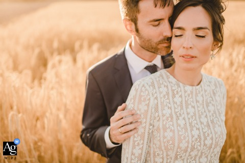 Valladolid Hochzeitsporträt der Braut und des Bräutigams an einem Weizenfeld