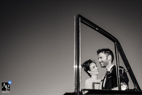 Valladolid Hochzeitsporträt der Braut und des Bräutigams gerahmt in einem Autofenster